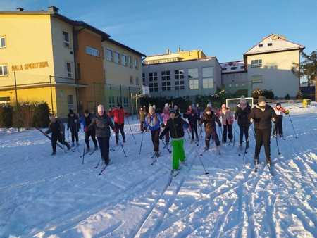 Grupa dzieci na nartach biegowych na boisku w Szkole w Górkach Wielkich (kliknięcie spowoduje powiększenie obrazu)