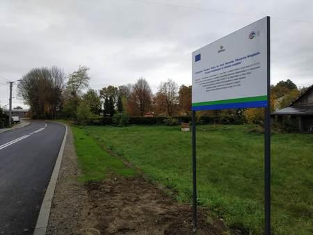 zdjęcie przedstawia tablicę promocyjną dotyczącą unijnego dofinansowania przebudowy ulic Skoczowskiej i Stary Dwór w Górkach Wielkich (kliknięcie spowoduje powiększenie obrazu)
