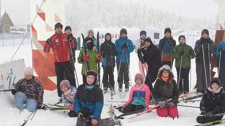 Grupa dzieci na nartach biegowych (kliknięcie spowoduje powiększenie obrazu)