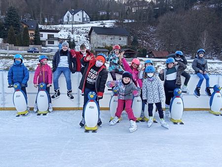 Grupa dzieci na lodowisku w Brennej Centrum (kliknięcie spowoduje powiększenie obrazu)