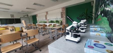 Klasopracownia z umieszczonymi mikroskopami i modelami trójwymiarowymi (kliknięcie spowoduje powiększenie obrazu)