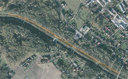 Zdjęcie satelitarne z wyznaczonym odcinkiem budowanej ścieżki rowerowej (kliknięcie spowoduje powiększenie obrazu)
